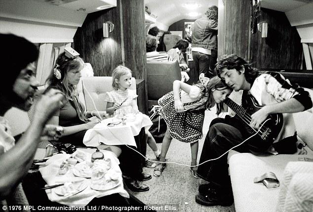 פול ולינדה מקרטני עם הילדים בסיבוב ההופעות 1976